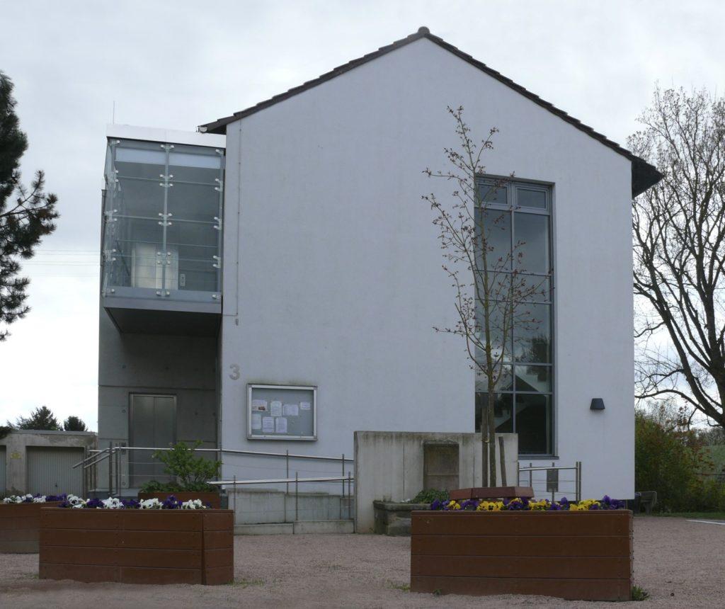 Büro- und Verwaltungsgebäude, Zugang ins Erd- und 1. Obergeschoss (Rampe, Aufzug, Treppenraum)